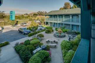 Morro Shores Inn & Suites - Garden and fountain at Morro Shores Inn & Suites