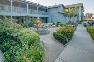 Morro Shores Inn & Suites - Mingle outdoors at our garden