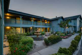 Morro Shores Inn & Suites - Beautiful courtyard and sitting area